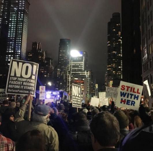 Болдуин кривляется, ДеНиро обзывает: вНью-Йрке прошел митинг против Трампа